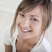 jeune femme heureuse de pratiquer la méditation