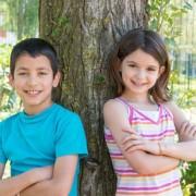 deux enfants adossés à un arbre. Bien être et méditation chez l'enfant