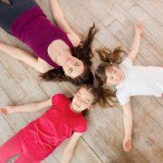 des enfants sur le sol en train de pratiquer la méditation